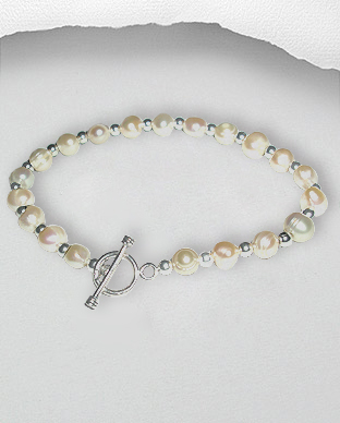 <b>Classic pearls and silver bracelet</b>