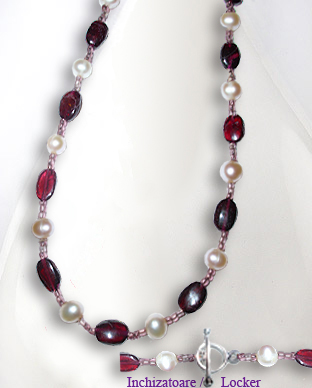 <b>Exclusive garnet and pearls necklace</b>