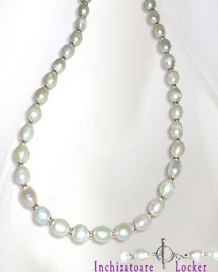 <b>Classical white freshwater pearls and silver necklace</b>