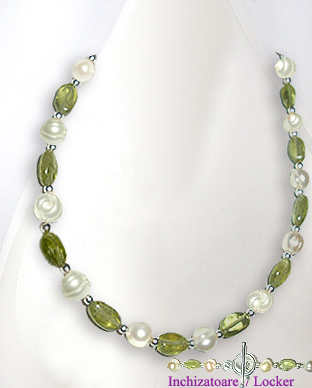 <b>Exclusive pearls, peridot and silver necklace</b>