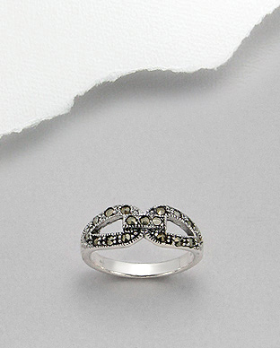 <b>Fine silver and marcasite ring </b>